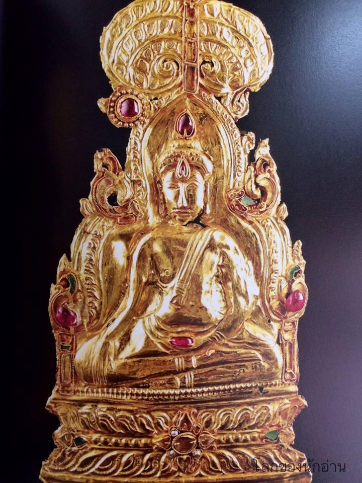 พระพิมพ์ ปางมารวิชัยในซุ้มเรือนแก้วภายใต้โพธิ์พฤกษ์ ทองคำประดับทับทิม ได้จากกรุพระปรางค์วัดราชบูรณะ, อยุธยา