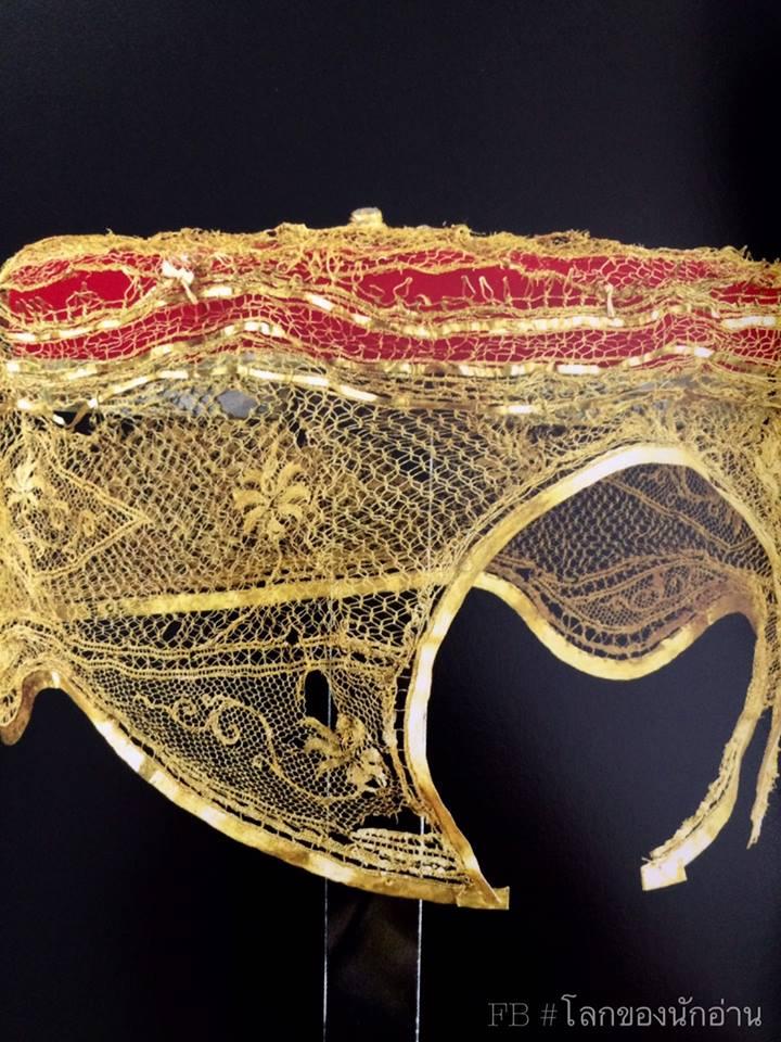 เครื่องประดับศีรษะหญิง ทองคำ ถักสานด้วยเส้นทองคำเส้นเล็กๆ เป็นลวดลายดอกไม้ ใช้สวมครอบศีรษะโดยให้มวยผมอยู่ด้านหลัง ศิลปะอยุธยา ได้จากกรุพระปรางค์วัดราชบูรณะ, อยุธยา